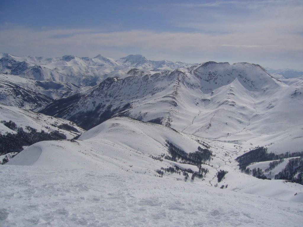 Desde la cumbre, espectaculares vistas sobre los picos Gildar y Cebolleda. Al fondo, a la derecha, peña Ten.